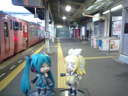 長門市駅にて車両切り離し作業、約10分停車。 リン:「長門有希さんの...