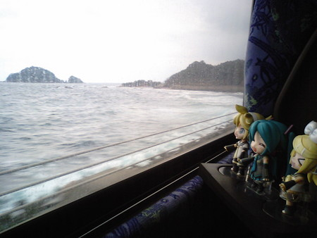 木与→宇田郷間。 レン:「海岸すれすれ走るから、列車よりも海が近...