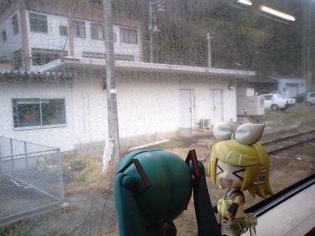 温泉津駅に停車。もう雨上がった。 リン:「温泉津っていうくらいだ...