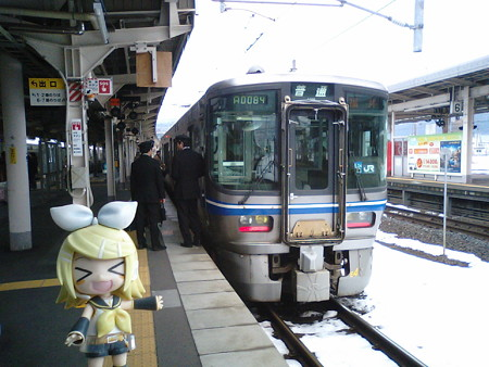 敦賀駅から北陸本線下りへと参ります! 521系電車2両編成は大変な混...