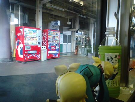 武生駅に停車。すこし車内空いてきた(*´Д`)=з