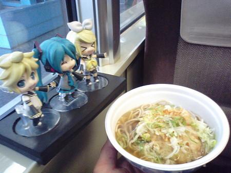 昼食はホーム上の立ち食い蕎麦を、持ち込み容器で(><;) レン:「マ...