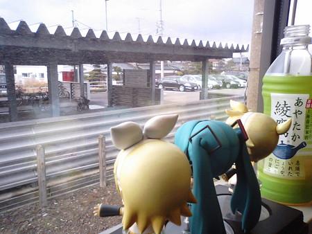 春江駅に停車。 リン:「森田春江ちゃんのふるさとー♪」 レン:「…...