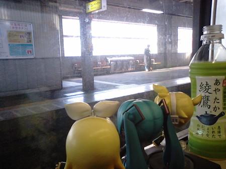 小松駅に停車、特急「しらさぎ」待ち5分。 リン:「コマツの建設機...