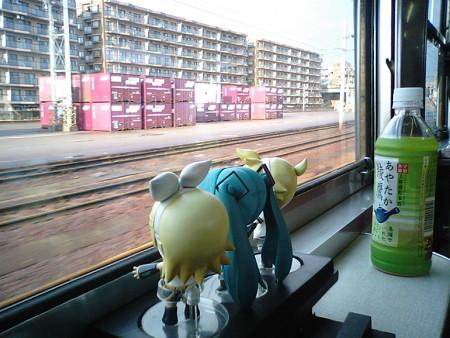 金沢駅を定刻に出発しました。なんかもう……残念なくらい雪がないで...