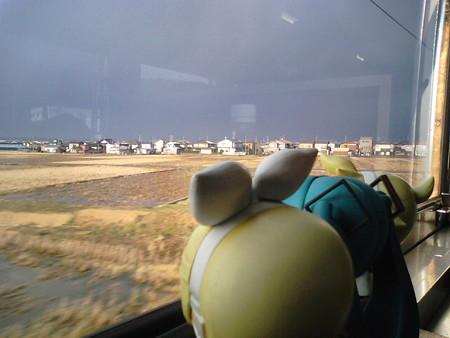 森本→津幡間。 ミク:「なんか……富山県方面の曇り方が怖いわ……...