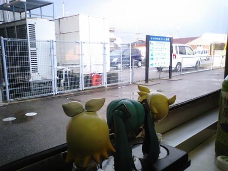 福岡駅に停車。 リン:「え?! 富山県に入ったはずなのに、ここ福...