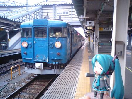 直江津行きが発車する20分以上前にはもう電車ついてたので、すでに...