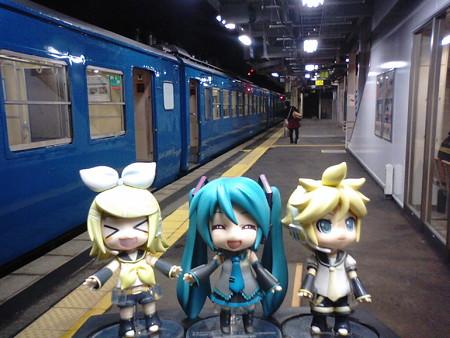 糸魚川駅で約7分停車。 ミク:「ちょっとお尻が熱いから、小休憩で...