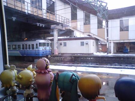 宮内駅に停車。上越線が分岐します。 リン:「東京に戻るなら、今の...