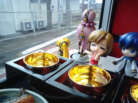 鼠ヶ関駅に停車。電車はこれから山形県に入ります。