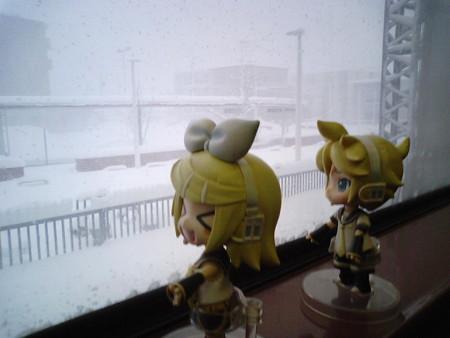 白石駅に停車。 リン:「文字通り、外は白いし!!」 レン:「いやホ...
