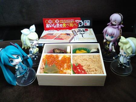 お昼ご飯は、札幌駅で買ったいつもの「石狩鮭めし」。 リン:「をを...