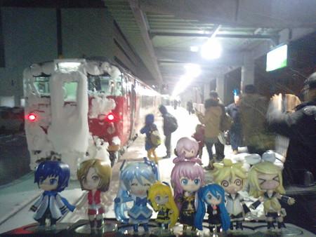 雪ミク:「お疲れ様でした、約30分遅れで稚内駅到着です!!」 リン...