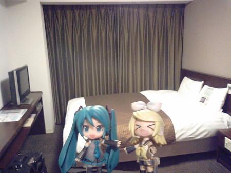 ホテルにチェックインしますた。 リン:「わあー、お部屋ひろびろー...