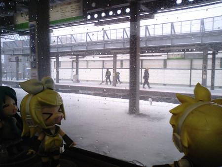 手稲駅に停車。 リン:「何事も、ていねいにいきましょう!」 レン:...