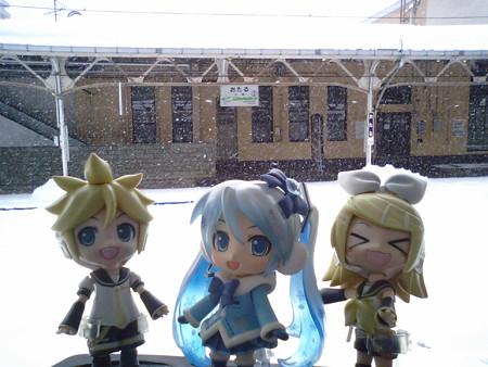 雪ミク:「小樽駅に到着です。40分待って、次は長万部行きですね!」