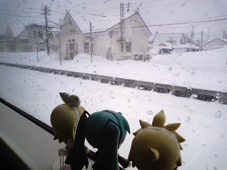 蘭島駅に到着、8分遅れ。 リン:「いよいよ雪がてんこ盛りだゅー!...