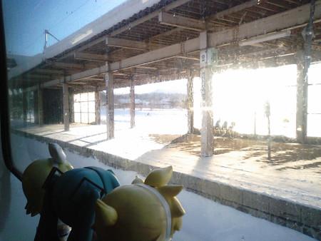 黒松内駅に停車、ここで対向列車待ちでしばらく停車して、遅れが回復...