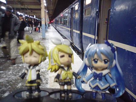 定刻より21分遅れて、青森駅に到着しました。 雪ミク:「はぁぅー...