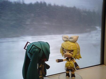 野辺地→上北町間。 リン:「おはにゃー♪」 ミク:「おはようリンち...