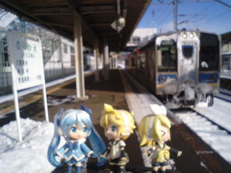 二戸駅で貨物列車に先を譲るため、15分停車。 リン:「朝日がまぶしいゅ♪」