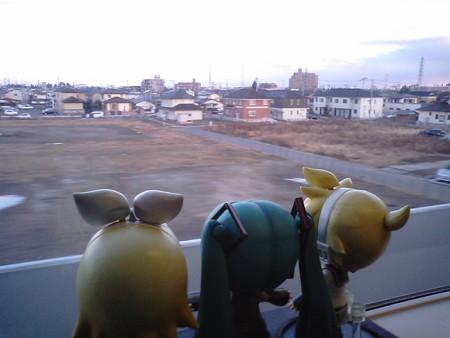 仙台→名取間、太子堂付近。 リン:「窓際に座れてよかったね」 レン...
