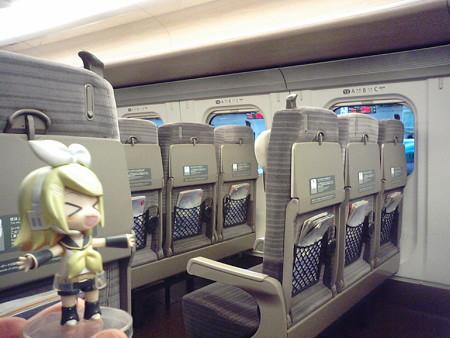 リン:「すごぉーい!! こんなガラガラな新幹線に乗るのって新鮮だ...