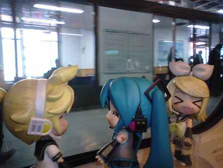 リン:「仙台駅にゃう♪」 ミク:「レンくん、まだ起動しないねーww...