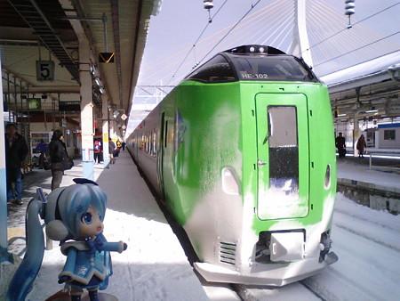 雪ミク:「スーパー白鳥、やっと来ました!! 53分遅れて発車見込...
