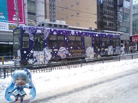 雪ミク:「マスター、せっかくだから乗って、電車の中も堪能しましょ...