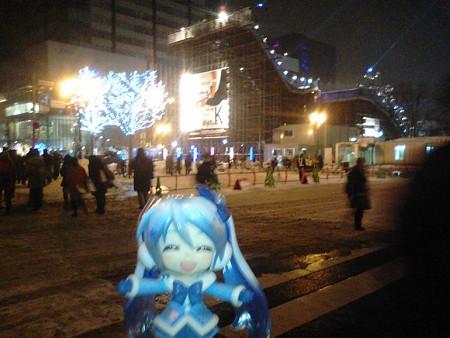 雪ミク:「大通の雪まつり会場に来ました! とりあえず、西11丁目...
