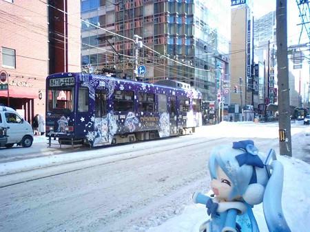 雪ミク:「今朝も元気に走ってます、雪ミク市電です♪」