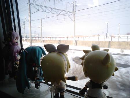 函館→木古内間、五稜郭付近。 レン:「また山側かぁ(><;) ルカ:「...