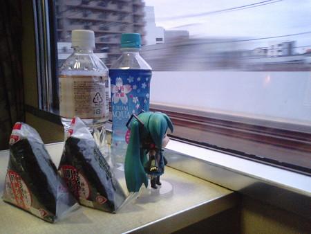 大宮→上野間、北浦和付近。 ミク:「こうして夜汽車で朝を迎える光...