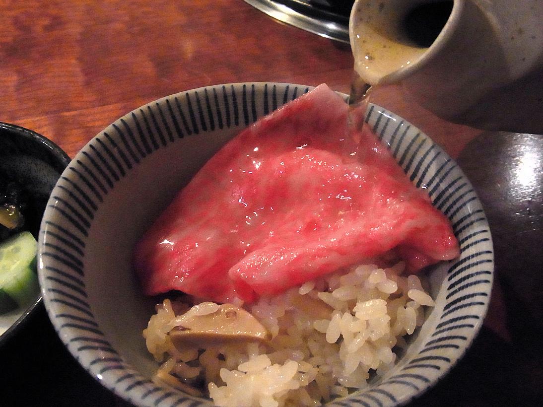 ご飯に肉投入