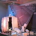 写真: 阪神高速道路倒壊のオブジェ