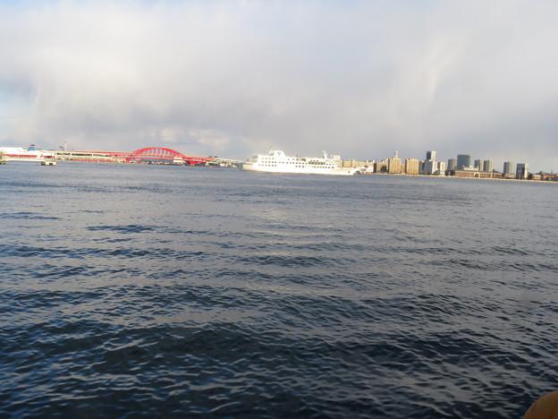 神戸港 出航する船
