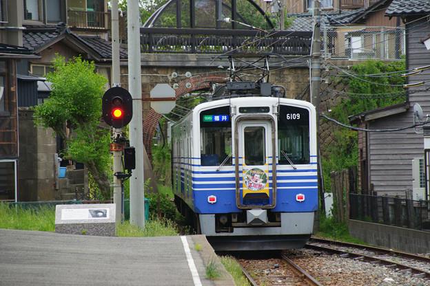 三国港駅 発車する電車_03