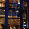 窓に映るルミナリエ_04