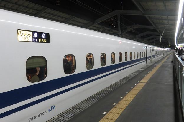 新神戸駅で のぞみ188号_02
