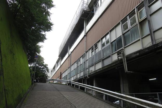 新神戸駅と布引滝への道