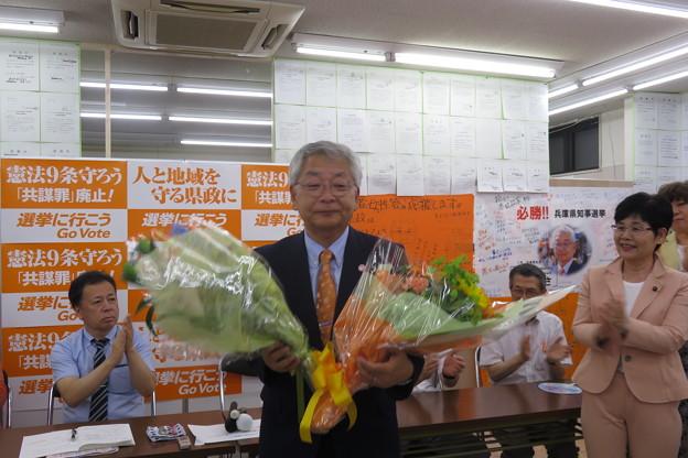津川候補に花束贈呈_02