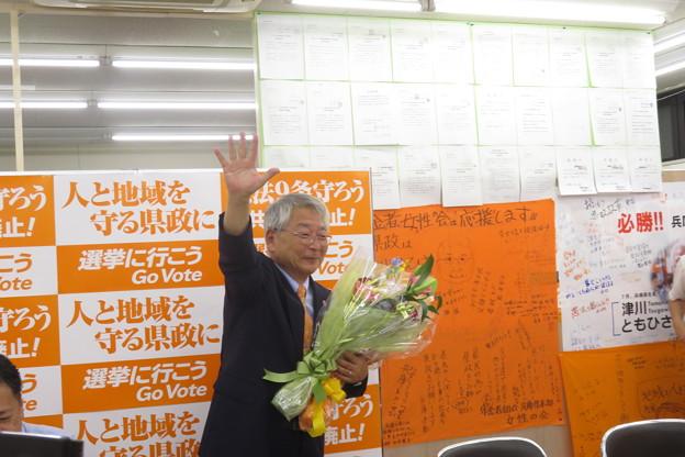 津川候補に花束贈呈_03