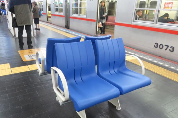 高速神戸駅 ホームの椅子の向き_01