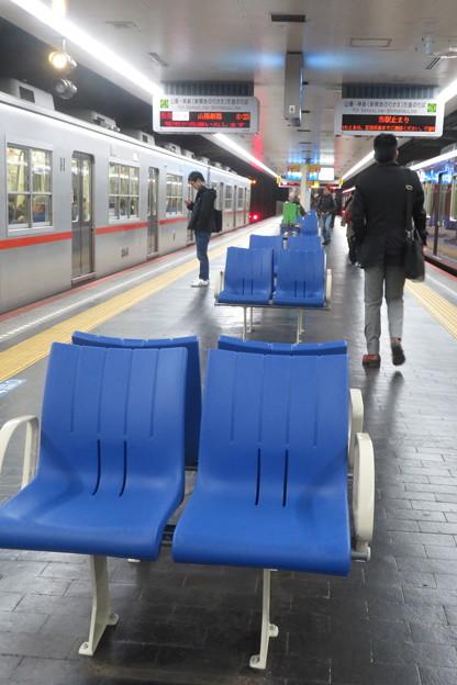 高速神戸駅 ホームの椅子の向き_02