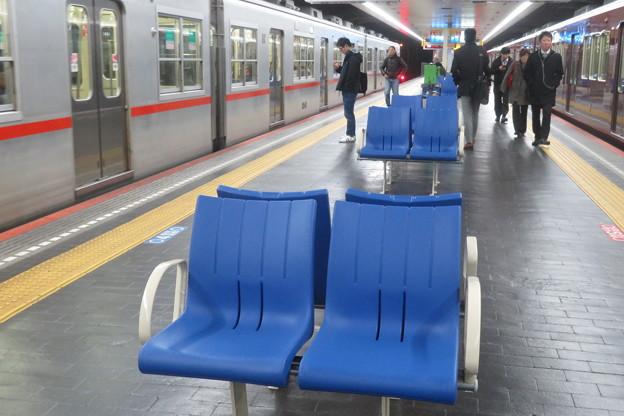 高速神戸駅 ホームの椅子の向き_03