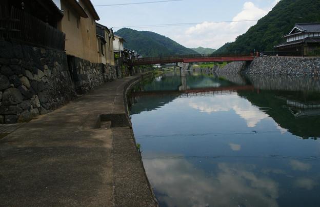 平福川端 空と雲と水面