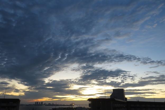 ポートアイランドの朝の雲_02