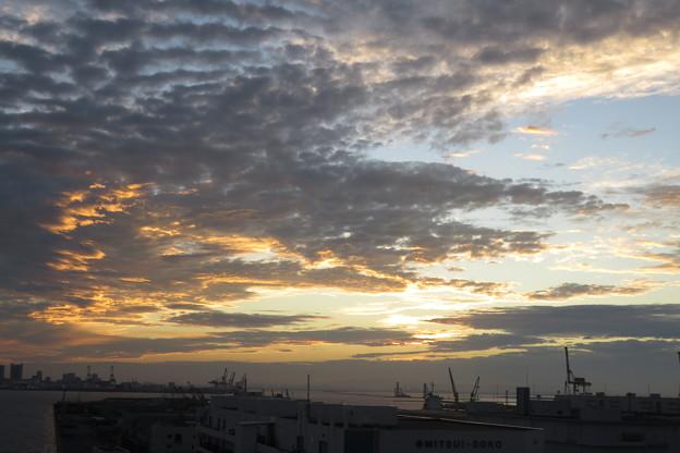 ポートアイランドの朝の雲_05